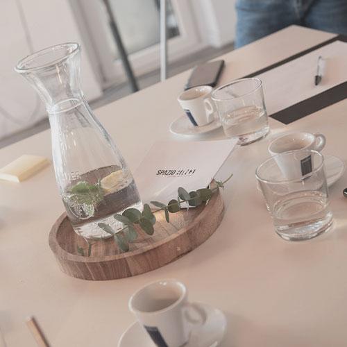 caraffa acqua con bicchieri