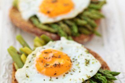 CUCINIAMO   Crostoni di asparagi grigliati e uova